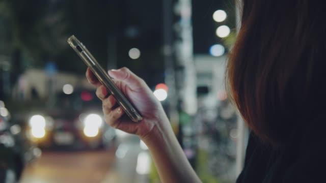 東京市でタクシーを待っている若いアジア人女性。 - portability点の映像素材/bロール