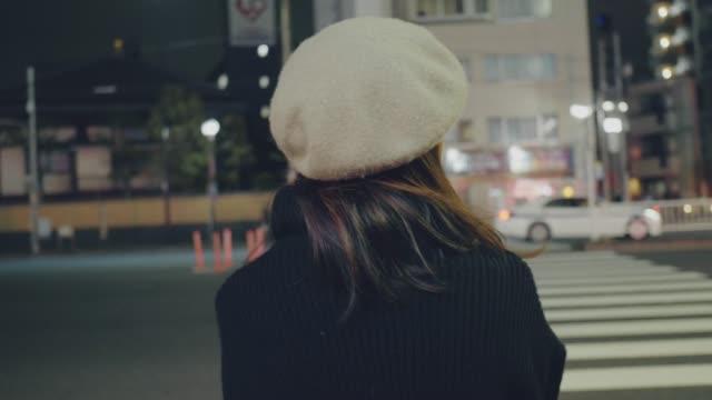 東京市でタクシーを待っている若いアジア人女性。 - 待つ点の映像素材/bロール