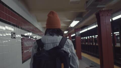 vídeos y material grabado en eventos de stock de mujer asiática joven camina en la plataforma del metro. - new york city