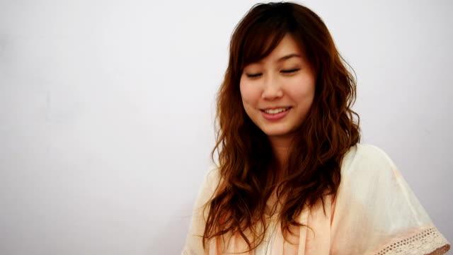 vidéos et rushes de jeune femme asiatique avec une expression bienvenue typique - gestes