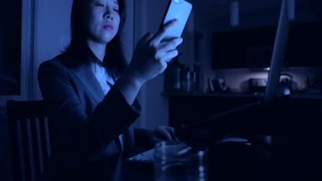 junge asiatische frau arbeitet spät zu hause - weibliche angestellte stock-videos und b-roll-filmmaterial