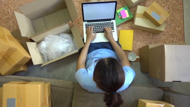 若いアジア女性顧客から電子メール受信トレイ順序をチェック - e mail点の映像素材/bロール