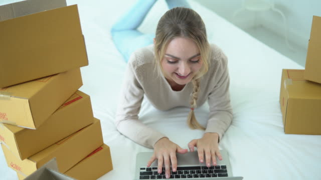 顧客からの電子メールの受信トレイの注文を確認するためにコンピュータを使用している若いアジアの女性 - e mail点の映像素材/bロール