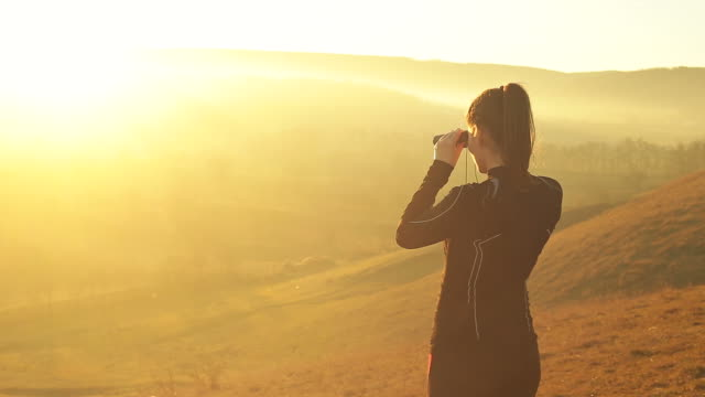 Young athlete woman in the nature exploring the hills.