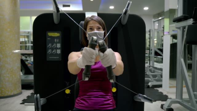 ジムで筋力トレーニングをしている若い運動の女の子 - ほっそりした点の映像素材/bロール