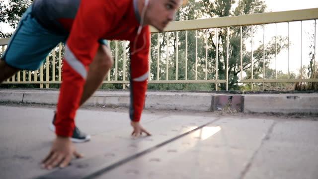実行している青年運動 - ランニングショートパンツ点の映像素材/bロール