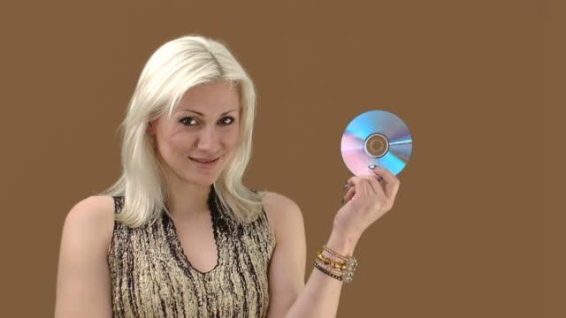 junge attraktive blonde mit cd-studio shot - cd stock-videos und b-roll-filmmaterial