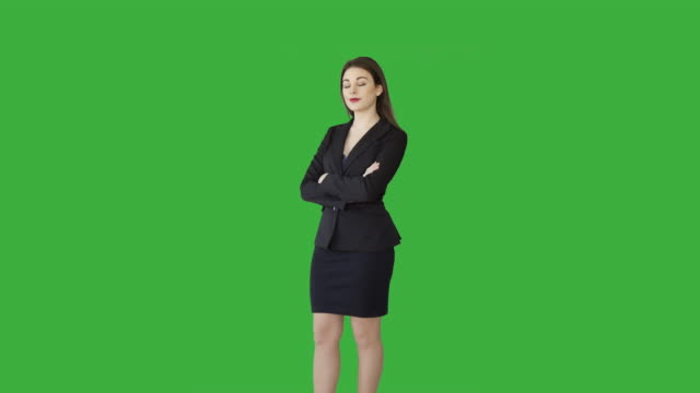 stockvideo's en b-roll-footage met young attractive white women presenting product title idea with hand gesture isolated on green screen chroma key background. female sales business professional - handen op de heupen