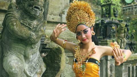 stockvideo's en b-roll-footage met young balinese danseres uitvoeren legong dans in een hindoe tempel - bali