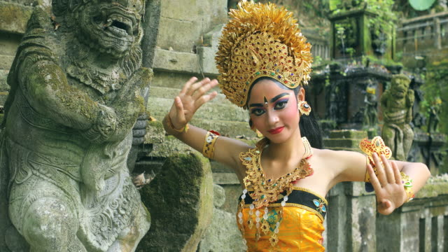 vídeos de stock e filmes b-roll de young balinese dancer performing legong dance in a hindu temple - bali