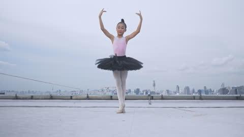 ung ballerina och balett dans på toppen byggnad, graciös kvinna spinning i balett - lätt bildbanksvideor och videomaterial från bakom kulisserna