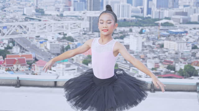 トップビルで踊る若いバレリーナとバレエ、バレエで紡ぐ優雅な女性 - バレエ点の映像素材/bロール