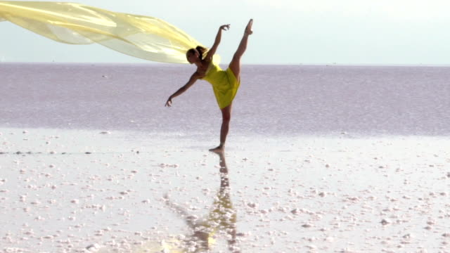 jungen ballerina tanzen auf dem salzsee mit farbe tüll - ballett stock-videos und b-roll-filmmaterial