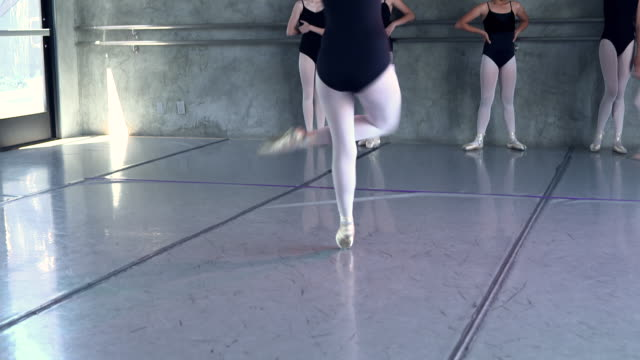 vidéos et rushes de ws td tu pan young ballerina girl holds on to ballet trapeze and spinning fast / rancho mirage, california, united states  - barre de danse
