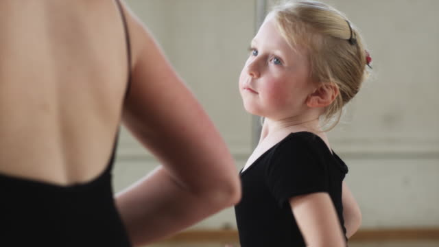 young ballerina in a dance studio in a circle - ユタ州スプリングヴィル点の映像素材/bロール