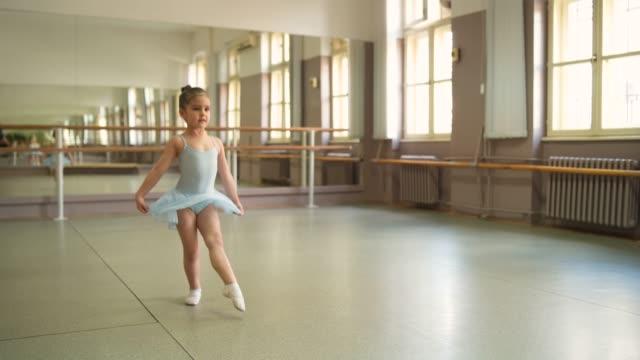 vídeos de stock e filmes b-roll de young ballerina in practice - body de ginástica