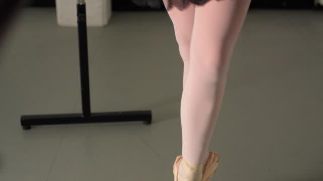 vídeos y material grabado en eventos de stock de ms tu young ballerina rehearsing in dance studio / london, england - de puntas