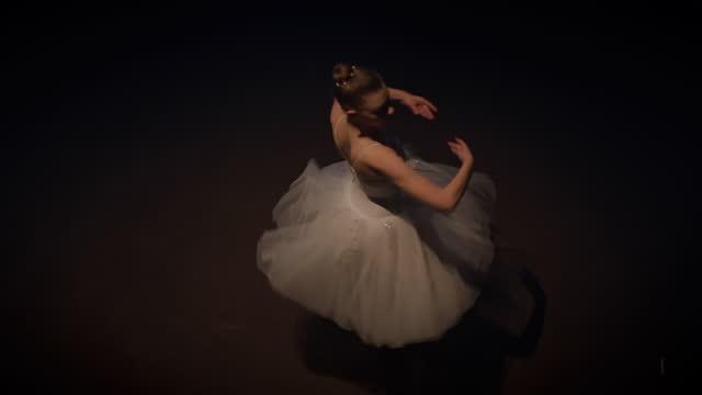 vidéos et rushes de slo mo jeune ballerine répétant sur la scène - danseur de ballet