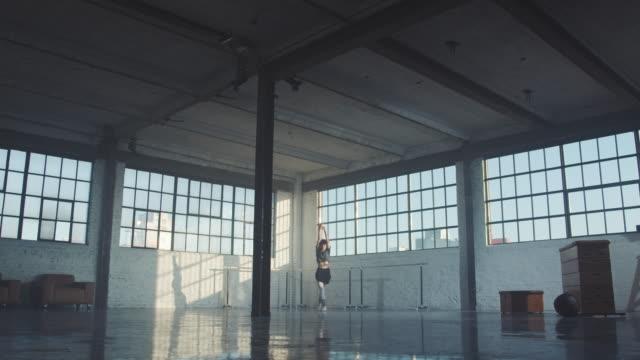 junge ballerina-ausbildung im geräumigen raum - tanzkunst stock-videos und b-roll-filmmaterial