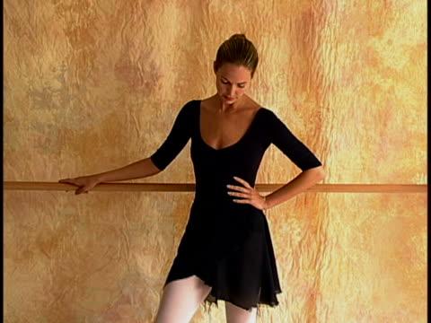 vidéos et rushes de young ballerina - barre de danse
