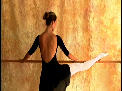young ballerina - gymnastikanzug stock-videos und b-roll-filmmaterial