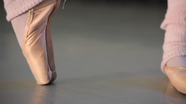 vídeos y material grabado en eventos de stock de cu pan young ballerina's feet / london, england - de puntas