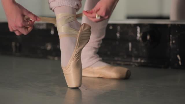 vidéos et rushes de cu young ballerina's feet / london, england - danseur de ballet