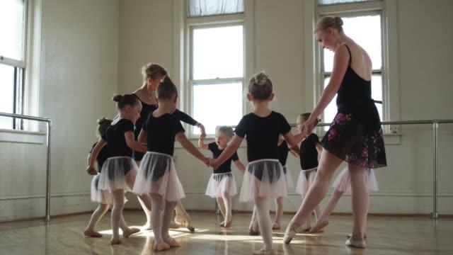 young ballerinas in a dance studio in a circle - ユタ州スプリングヴィル点の映像素材/bロール