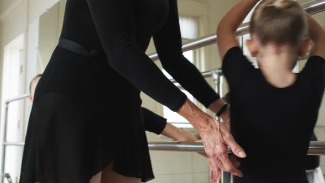 young ballerinas in a dance studio - ユタ州スプリングヴィル点の映像素材/bロール