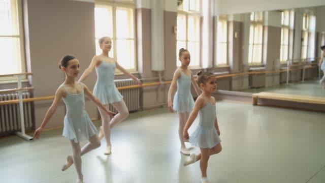 彼らのパフォーマンスを実行する若いバレリーナ - バレエ練習用バー点の映像素材/bロール