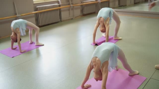 若いバレリーナストレッチ - バレエ練習用バー点の映像素材/bロール