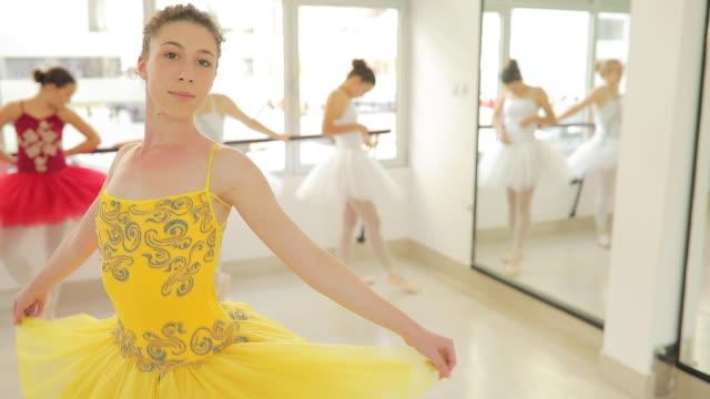 junge ballett tänzerin mädchen im gelben kleid - auf den zehenspitzen stock-videos und b-roll-filmmaterial