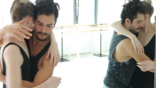 junge ballett-tänzer üben vor dem spiegel - ballerina stock-videos und b-roll-filmmaterial