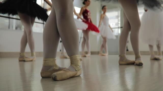 junge ballett-mädchen tanzen - auf den zehenspitzen stock-videos und b-roll-filmmaterial