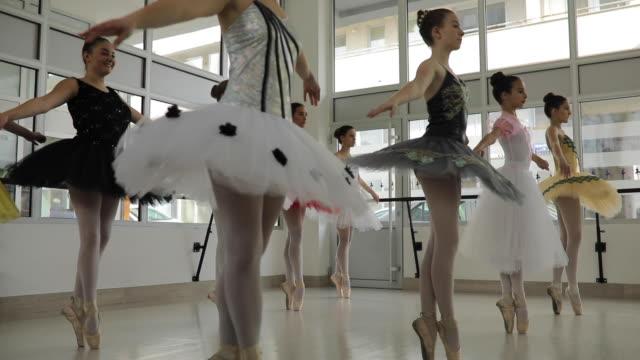junge ballett-mädchen trainieren zusammen - auf den zehenspitzen stock-videos und b-roll-filmmaterial