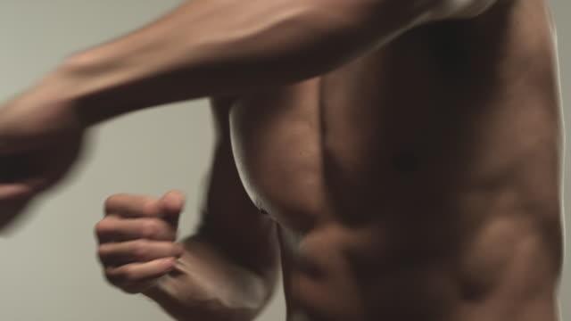vídeos y material grabado en eventos de stock de cu td young bare chest man boxing / los angeles, california, usa - puño gesticular