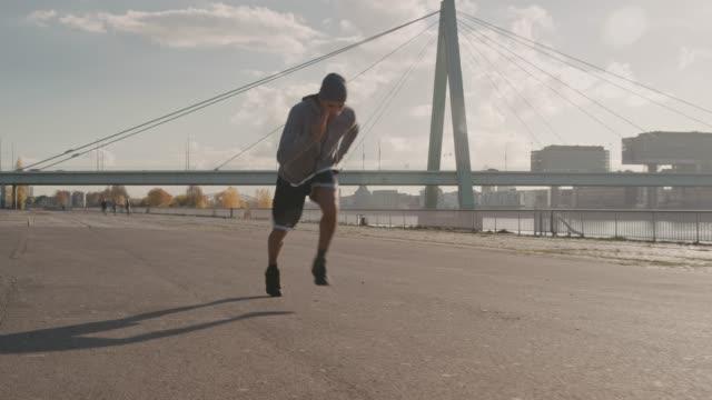 若いバスケット ボール選手の道を全力疾走 - トラック競技点の映像素材/bロール