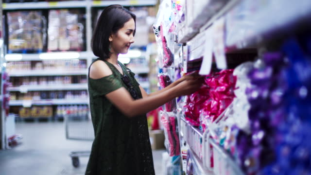 vídeos de stock e filmes b-roll de young beautiful asian woman shopping and buying food in supermarket. - prateleira objeto manufaturado