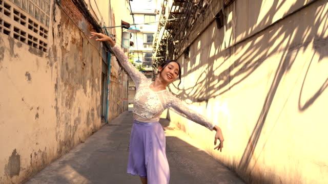 junge schöne ballerina tanzen entlang der straße - fachberuf stock-videos und b-roll-filmmaterial