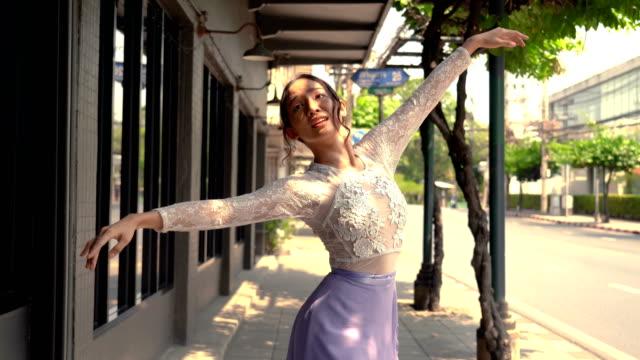 通りに沿って踊る若い美しいバレリーナ - バレエ点の映像素材/bロール