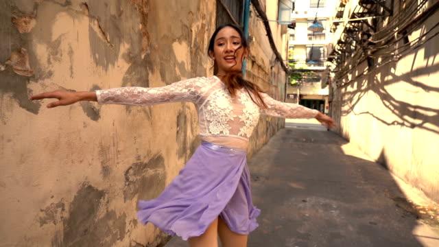 通りに沿って踊る若い美しいバレリーナ - バレリーナ点の映像素材/bロール