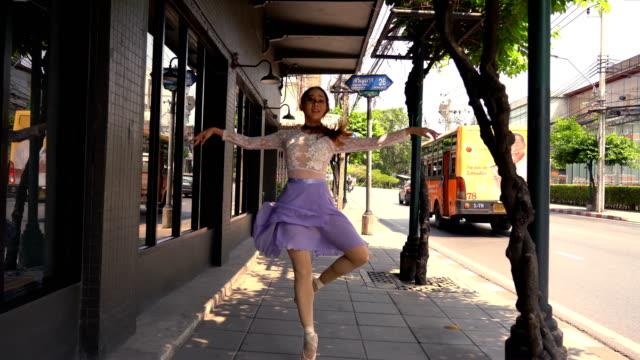 junge schöne ballerina tanzen entlang der straße - tanzkunst stock-videos und b-roll-filmmaterial