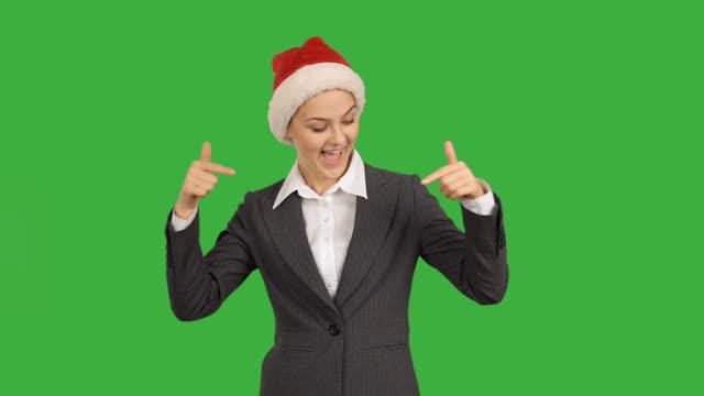 若い美しいビジネス女性。コピースペースを示す親指を示す。 - サンタクロース点の映像素材/bロール