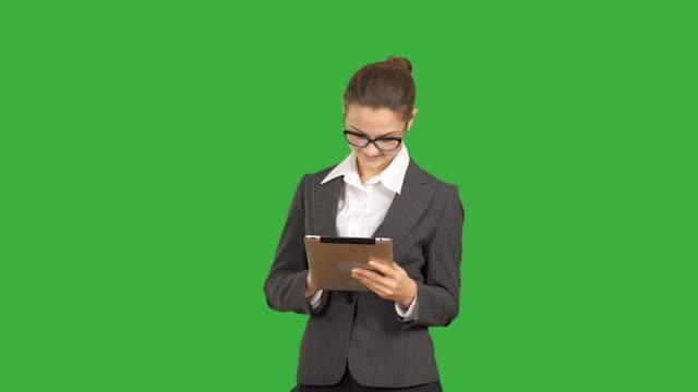 若い美しいビジネス女性のタブレットに取り組んでいます。 - マルチレイヤー処理点の映像素材/bロール