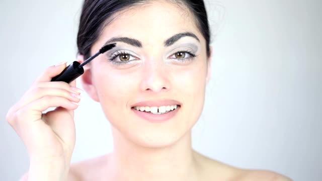 junge schöne mädchen, die anwendung von make-up-cnglbea481 - auftragen stock-videos und b-roll-filmmaterial