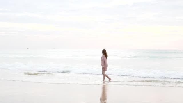 vídeos y material grabado en eventos de stock de joven hermosa niña disfrutando de la vida - gota de agua salpicando