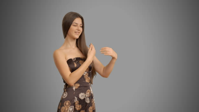 若い美しい女性のドレスのコピースペースを示す - adults only videos点の映像素材/bロール