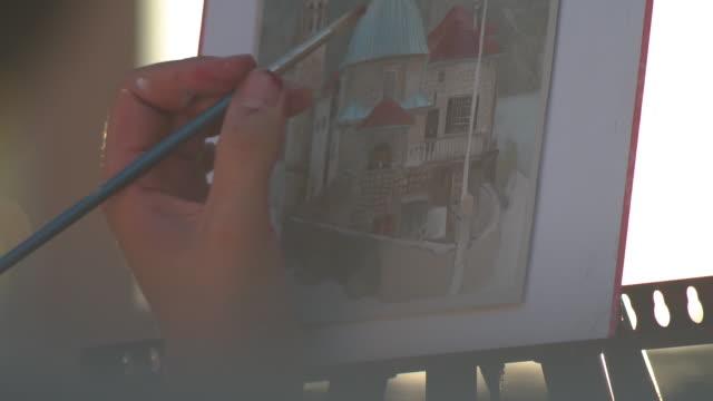 屋外で絵を描く若い美しい女の子 - 画家点の映像素材/bロール