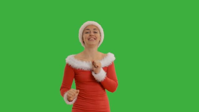 vídeos de stock e filmes b-roll de menina jovem linda mostra cópia espaço no chapéu de santa claus - chapéu do pai natal