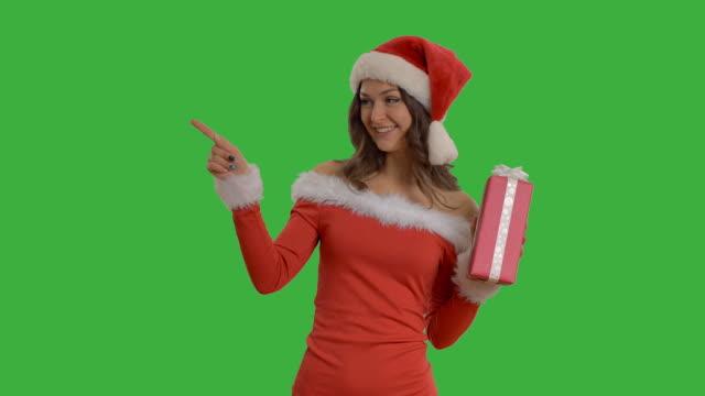 vidéos et rushes de jeune belle fille avec un cadeau montre copie espace - robe rouge